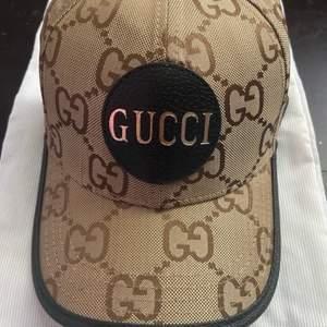 Baseball keps ifrån Gucci , nedkommer dust bag och kvitto samt Gucci cards , otroligt fet version av deras kepsar . Kom med bytesförslag eller bud .