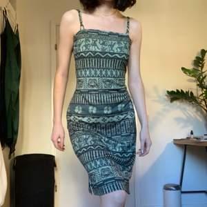 Den här klänningen har så coolt mönster i grönt och är stretchigt material. Den har en så fin passform! Den är jätteskönt och i helt nytt skick! Fin som sommarklänning eller cool i höst;) Det står L i plagget men jag tycker den varierar mellan S-M eftersom den är så stretchig❣️❣️