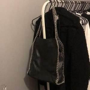Den stora modellen av pricilla väskorna, i väldigt fint skick och inte mycket använd. Inköpt för cirka 4 år sedan för 550kr, säljer då jag inte använder den alls. 💗 Ställ gärna frågor, bilderna i annonsen är endast mina egna! 😄