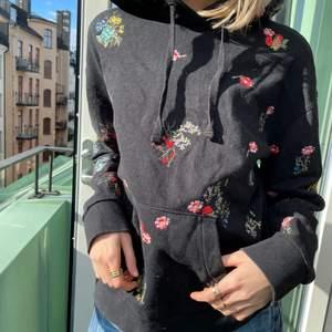 Hoodie som är köpt från ErdemxHM! Limited edition! Svårt Hoodie med broderade blommor! Ny pris 1000kr💗