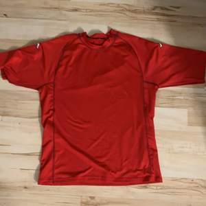 Röd kappa t-shirt med två kappamärken på armarna. Storlek M✨ 20kr