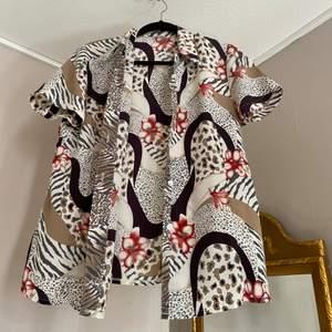 Hawaiiskjortor inköpta i Portugal. Sparsamt använda. Perfekt till sommaren. 40 + frakt (48kr) för 1 eller 60 +frakt (72kr) för båda.