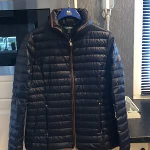 Säljer min fina Ralph Lauren jacka. I prencip ny, fick den i present men inte riktigt min stil därav säljer jag den. Färgen mörkblå och i storlek M. Frakt tillkommer på 66kr