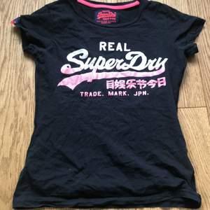 SuperDry T-Shirt, endast sliten text på framsidan. I storlek XS