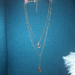 Skit snygg guld halsband med fina detaljer.