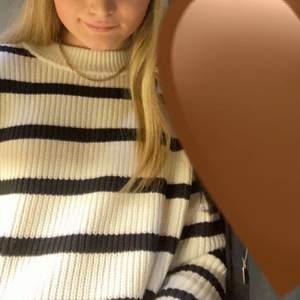 en oversized stickad tröja från HM i strl M. Den är endast använd ett fåtal gånger och alltså i jättefint skick, som ny. Jag säljer den för 50kr  + ev frakt🤍