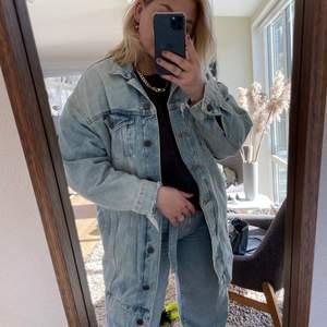 Lång oversized jeansjacka, blå med slitningar😍. skit snygg jeansjacka som tyvärr inte kommer till användning längre.  Bilderna visar hur jeansjacka sitter på mig som är 1,60! meddela om ni är intresserade😊