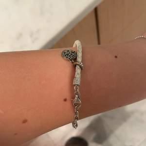 Säljer detta armband. Storleken är anpassningsbar och det finns en lite berlock på