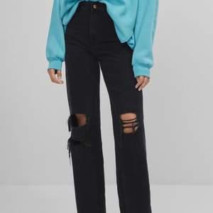 Säljer dessa skit snygga högmidjade Bershka jeans i 90tals stil. Säljer då dem inte kommer till användning längre💕Strl 34 på dem men dem är avklippta så dem passar ca 155-160❤️Buda eller köp direkt för 400