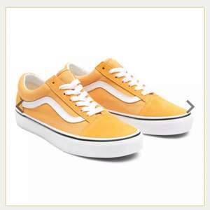 Söker någon som kan sälja ett par gula vans old skool i stl. 38.5 till ett rimligt pris. Endast intresserad om skorna är i bra skick! 💛💛