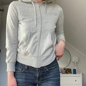 Jättegammal Zip-hoodie som jag inte ens vet vart den är ifrån, ingen aning om stl heller, skulle tro XS