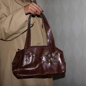 En brun jätte cool väska, älskar den men har så mycket väskor, säljer vid bra bud eller priset som är utsatt☺️