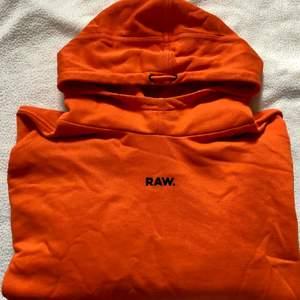 Lite oversize, croppad, orange hoodie från G-Star i storlek S. (Ni får ursäkta hur tröjan ser ut nu, har ej tillgång till strykjärn😅) Härlig färg, använt några få gånger. (Du står för frakt)