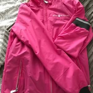 Säljer nu min rosa sail racing jacka med mörkbruna och vita detaljer, bara testat på antal gånger men har aldrig kommit till användning. Den är vindtät och i bra skick. Det är storlek M på jackan men skulle själv säga att den sitter som en XS/S   Köparen står för frakten✨✨ 500+frakt