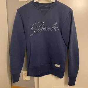 Superfin sweatshirt från peak performance i storlek S, den sitter bra på mig som är 170 cm lång.❤️ Jag säljer den för 100 kr + frakt, ev budgivning sker i kommentarerna😊