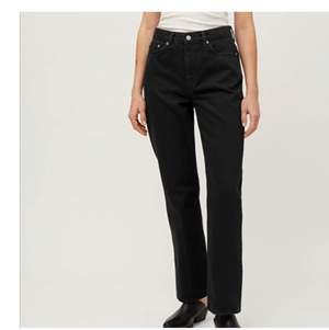 Dessa as snygga voyage straight leg jeans från weekday! Passar till allt och speciallt färglagda toppar, säljer tyvärr eftersom jag har mycket jeans och behöver pengarna, jeansen är i topp skick, pris exklusive frakt! Är 165 och dom passar bra på längden