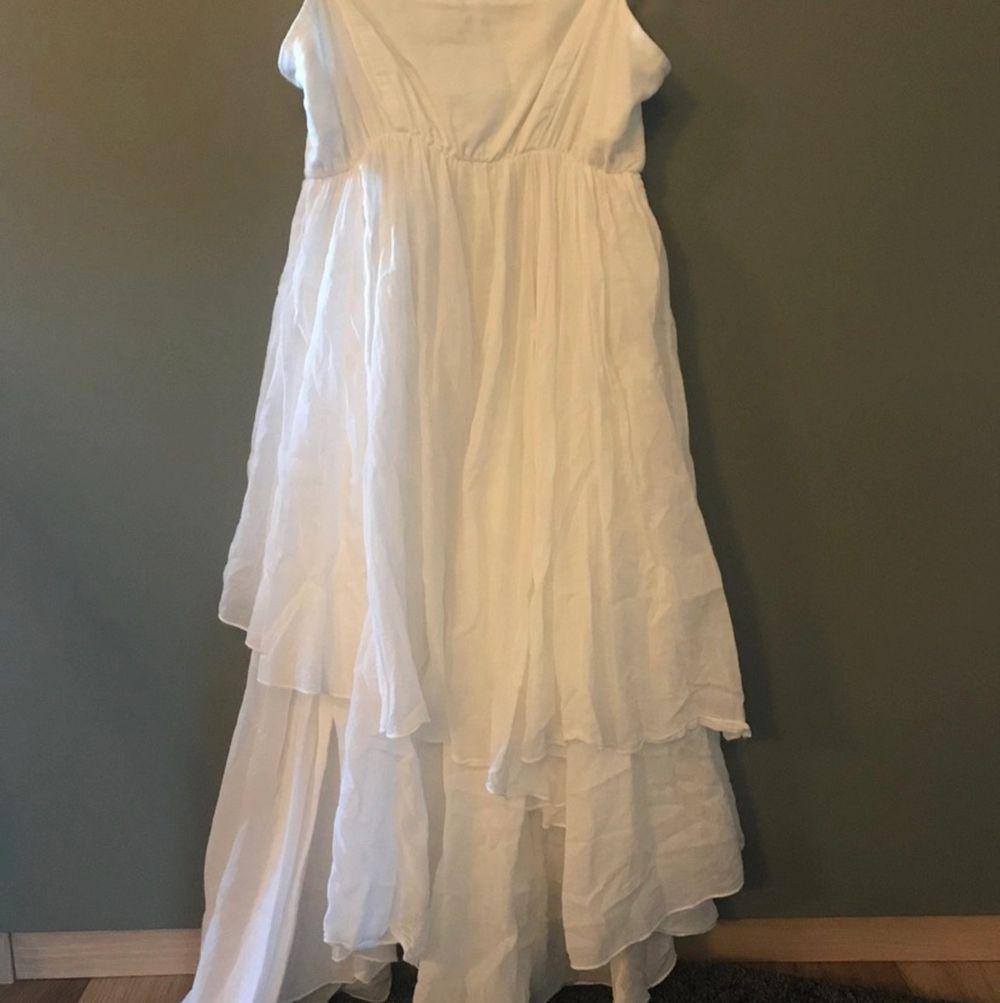 Jätteskön och härligt mjuk klänning från Stile benetton.  den går till halva låret/knäna, assymetrisk så någonstans där emellan, ca 80-85 cm lång mätt från armhålan och ner.  style Via Villa Minelli  benetton / sisley  SAMFRAKTAR!. Klänningar.
