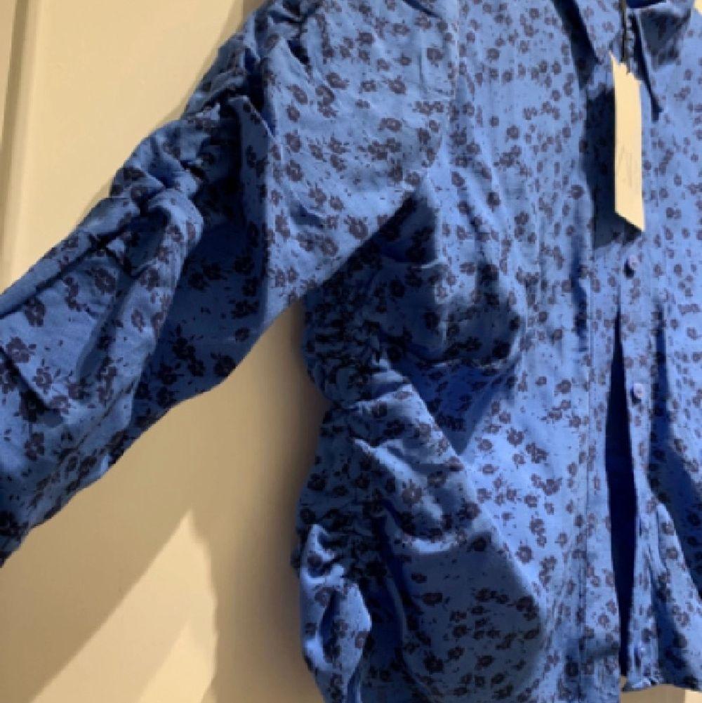 Säljer en likadan tröja som tidigare i en större storlek som även denna tyvärr va för liten i ärmarna. Den är i xxl men tyvärr för liten för mig som vanligtvis är M/L så skulle säga att detta är en s/m beroende på hur tajt ni vill att den ska sitta över ärmarna. Helt slutsåld på zaras hemsida 💖😁. Skjortor.