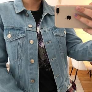 En somrig ljusblå jeansjacka från nakd i storlek 34. Säljer pga att den inte har kommit till användning. Aldrig använd.💕💕💕