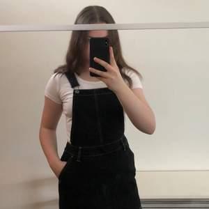 Svart jeansklänning med hängslen från Twintip. Slutar ungefär mitt på låren på mig, jag är 168 cm. Liten dragkedja i sidan. Endast använd 1-2 gånger. Säljer pga att jag inte använder klänningar så ofta. Pris 200kr + frakt😊