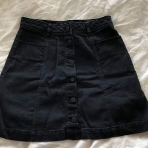 Säljer dessa två kjolar från H&M, båda är strl 36 men sitter ganska tight! Den svarta har två fickor där fram🖤 säljer pga att de inte blir använda så mycket och blivit lite för små. Båda är i bra skick och sparsamt använda! Du kan köpa båda för 90kr eller en för 50kr exklusive frakt🌸😊 skriv vid intresse eller frågor!!✨ (pris kan diskuteras!)