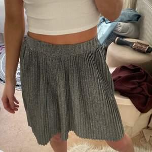 Glittrig plisserad kjol från Nakd✨ Storlek; S