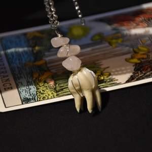 Halsband med tand från gris och äkta rosenkvarts.