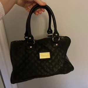 Säljer en svart väska som inte använts. Den säljs för 40kr+frakt