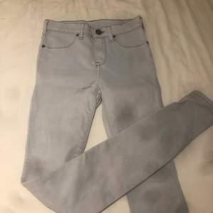 Jättefina ljus ljus blåa jeans från Dr denim som tyvärr blivit för små!! Sparsamt använda!! Mitt prins inkl frakt🥰