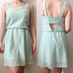 As söt klänning som jag älskar men är ganska kort (151cm) så den ser inte lika bra ut på mig😩😅💕 Bra skick!💖