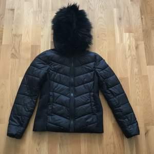 Jag säljer en snygg svart vinterjacka med fuskpälskrage. Jackan är i fint skick. Stl 36. Med en fin passform.