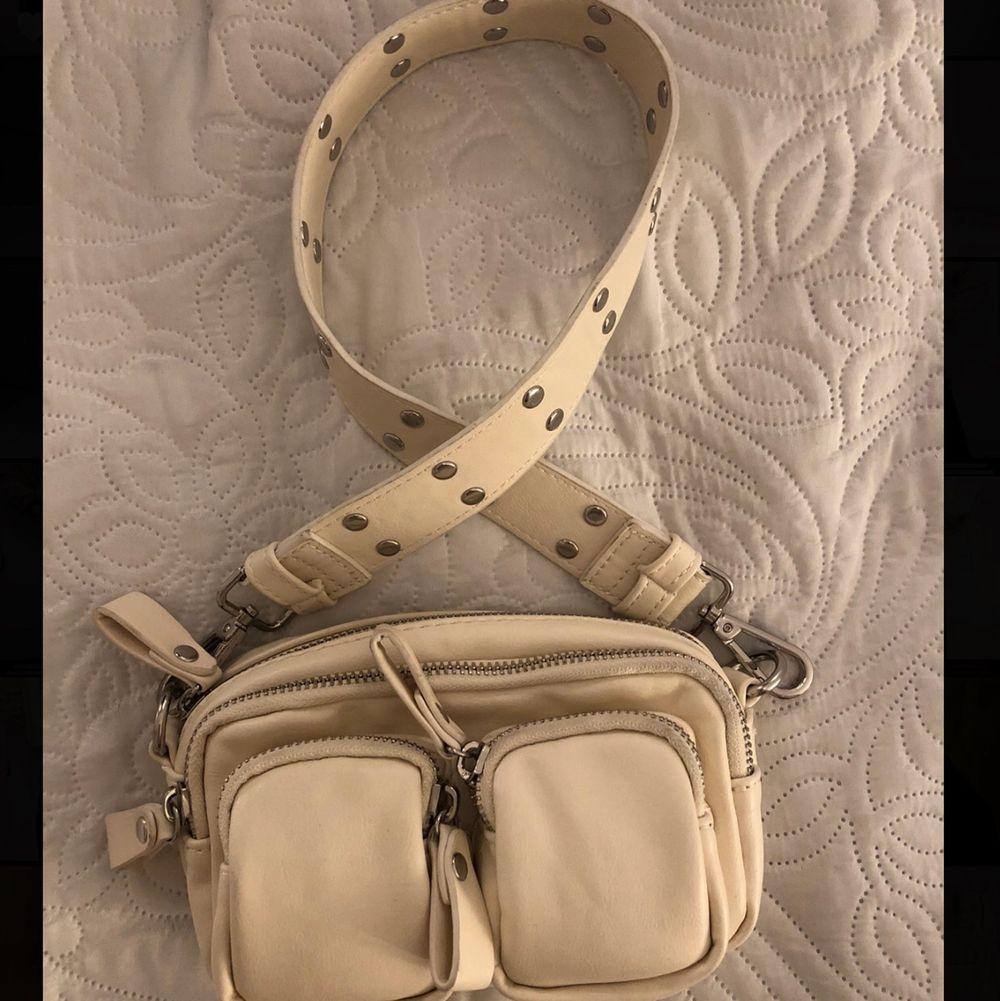 Krämvit liten handväska ifrån Ginatricot. Använd 1 gång, nypris 349kr. . Väskor.