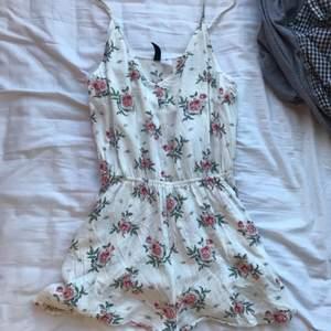 Söt jumpsuit som ser lite ut som en klänning från HM. Säljs för att jag inte använt den på nästan två år. 120kr + frakt ( 66 kr)