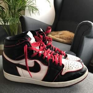 Hej! Säljer min Jordan 1 bloodline som jag använt som beaters men är väldigt bra för att ha som anvönd skor satt säga de lite heeldrag som ej syns och har ej låda men kom privat för mer bilder 😍 storlek 45 sitter som 44