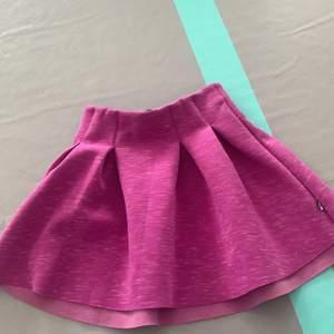 Säljer min lila kjol.På bilden ser den rida ut men den är lila.Frakten där nere stämmer inte.Jag ska kolla det sen när någon vill ha den.