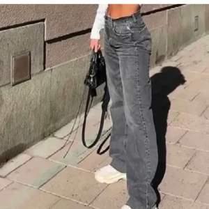 """Säljer mina zara """"90 full length jeans"""" som är i väldigt bra skick. Har klippt till de så att de passar mig som är 165, de är i storlek 38 och perfekta inför våren💕 obs, lånade bilder"""