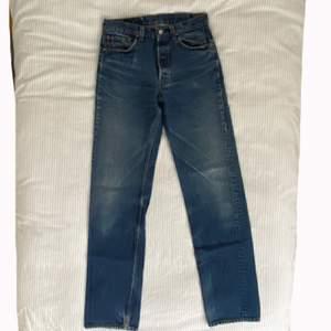 Vintage mörkblåa Levi jeans från 90-talet. Hög midja, djupa fickor och långa ben som går ner till marken på mig (175 cm). De är fortfarande i bra skick. Passar någon i storleken 36-38.