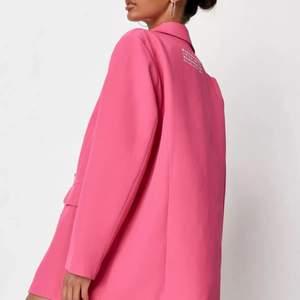 Rosa blazer från missguided i storlek 40 (passar en S/M). Den är i en super fin rosa färg i en oversized modell. Kavajen är aldrig använd och har alla lappar kvar. Bilderna är lånade från hemsidan. Vid frakt står köparen för fraktkostnad ✨🤍