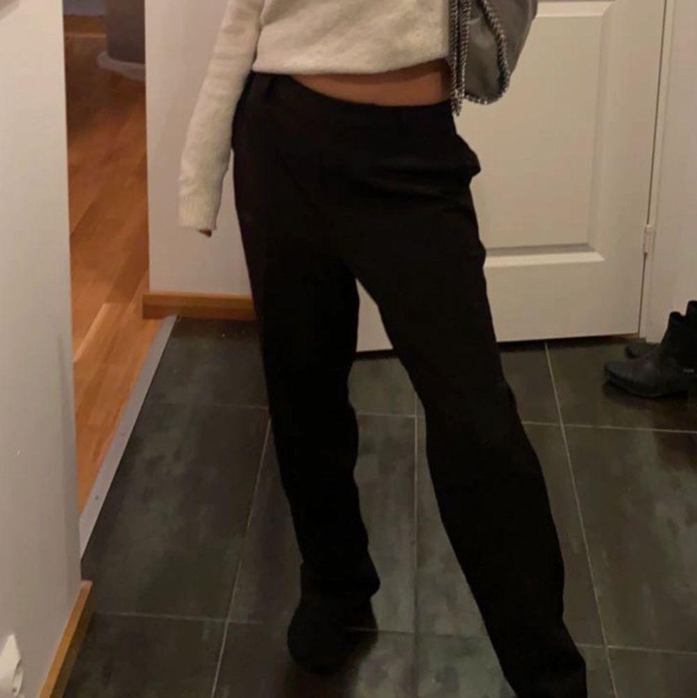 Svarta kostymbyxor som går att ha lågmidjat och även mid  rise. Köpta för 399. Jeans & Byxor.