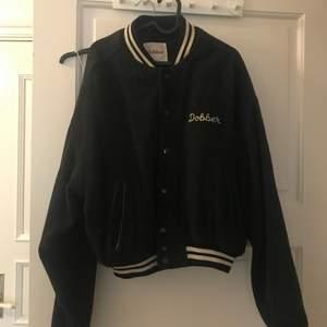 """Jacka i en mer """"baseball"""" modell som bara har blivit hängandes sen jag köpte! Köparen betalar frakten på ca 100kr då den är tung. :)"""