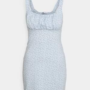 Oanvänd klänning från hollisterco som köptes till ett bröllop, som tyvärr blivit inställt🥺 lapparna är kvar och klänningen har legat i en påse ända sen köpet. Är i storlek M, men passar som en S🥰 Ursprungligt pris: 279kr