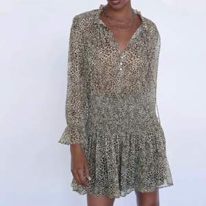 Säljer min fina leopard klänning från zara med fina gulddetaljer. Xs men passar även S. Nypris 559kr.                   Buda från 250kr!