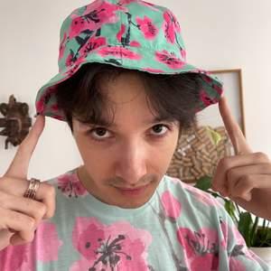 Ett set med official AriZona 🍒 Cherry Blossom t-shirt 👕 + bucket hatten 🎩. Tröjan är Oversized och i Storlek Men's Medium (M). ❤️ Båda plaggen säljes endast som set. ☺️ Buda gärna på!