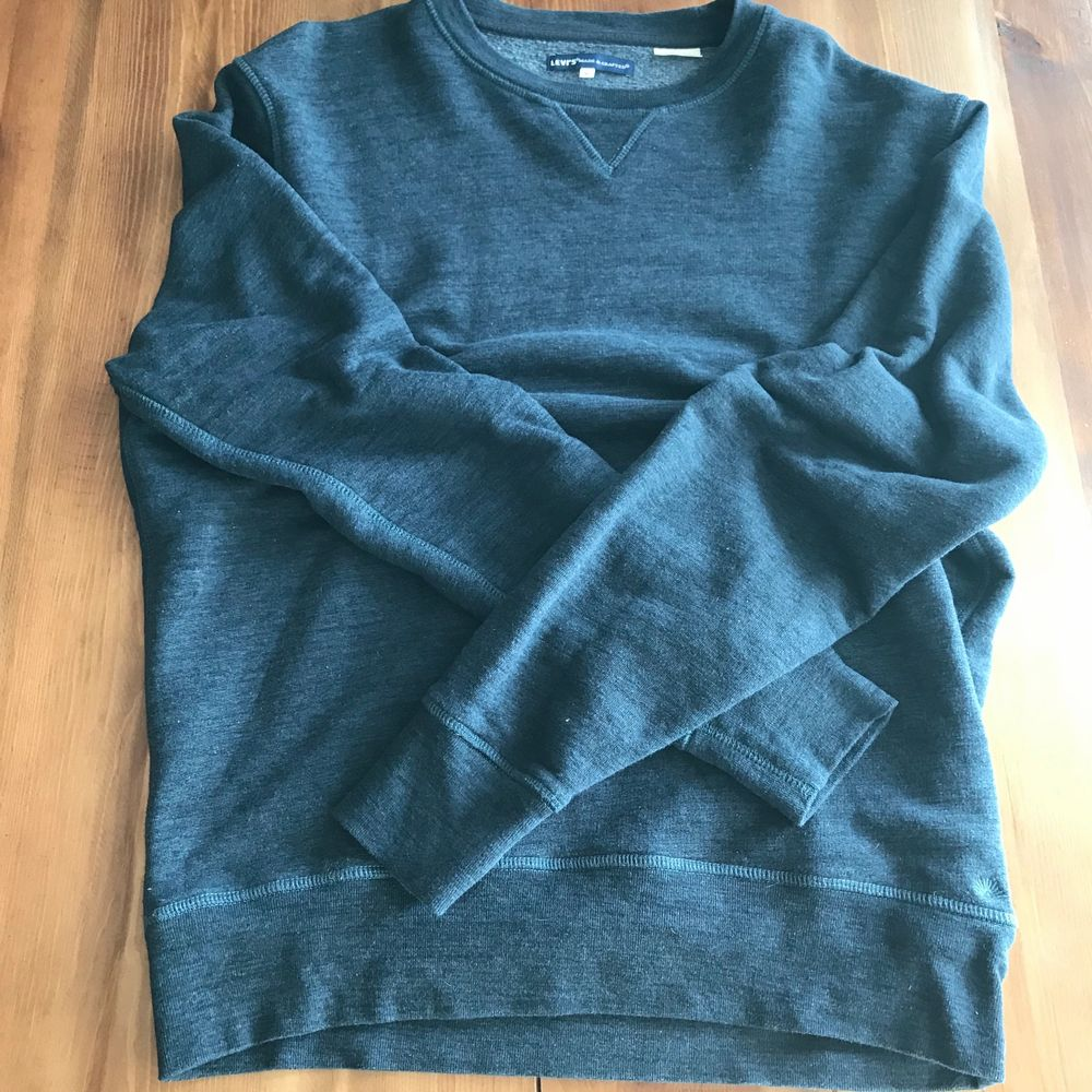 Levi's Made & Crafted Relaxed Crew Neck Sweatshirt Olympus Blue Nypris 899 kr. New without tags. Sweatshirt från Levi's Made & Crafted. En bekväm och avslappnad sweatshirt med mjukt ruggad insida samt en tygpatch med varumärkets logotyp nedtill. • Tillverkad i bomull och polyester. Passform • Normal i storleken, vi rekommenderar att du väljer din vanliga storlek. Our style has defined generations — and it doesn't get much more classic than this Made & Crafted® Relaxed Crewneck Sweatshirt. It's made heathered brushback fleece that adds texture to its deep navy shade — and is also ultra-comfortable. A relaxed crewneck sweater in a textured navy shade Brushed fleece interior for a super soft-to-the-touch feel. V-stitching at the neckline. Ribbed cuffs and hem. Dropped shoulders. Hand washed then line dried, NOT machine dried. Gently used excellent used condition. No holes, fading, loose stitching, tears, rips, stains, snags. Smoke and pet free storage space. No other flaws to note. Happy to bundle. Will gladly take more pics. Disclaimer: Please expect some general wear in all secondhand pre-owned items as they have lived a previous life, so do not expect a mint item. **TRACKED SHIPPING VIA POSTNORD**. Huvtröjor & Träningströjor.