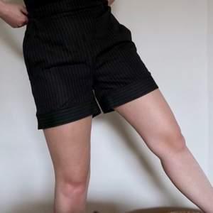 Svarta shorts med ränder från na-kd. Elastisk i midjan och väldigt sköna.