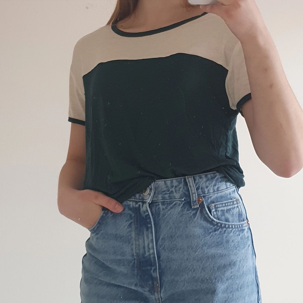 En t-shirt från Weekday, i mycket bra skick! Materialet är superstretchigt och ganska tunt. Storlek small.. T-shirts.