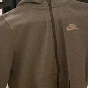 Säljer denna super fina Nike koftan! Använt rätt mycket drf säljs den billigt💕 hål vid ärmen men syns inte nått den är stl M på barnavdelningen så skulle säga att den passar s-xs(: kan frakta men köparen står för frakt !