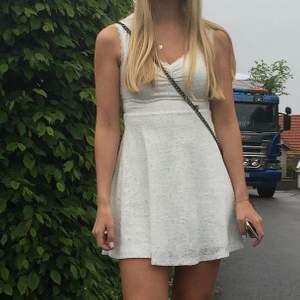 Säljer min klänning som jag hade på min student! I fint skick! Passar till student, skolavslutning eller till vardags! Är superskön 🤍