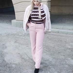 Rosa kostymbyxor från Nelly Trend. Storlek 36.
