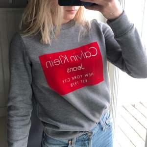 Tjocktröja/sweatshirt från Calvin Klein. Jättesnygg och jätteskön inuti men kommer inte till användning.